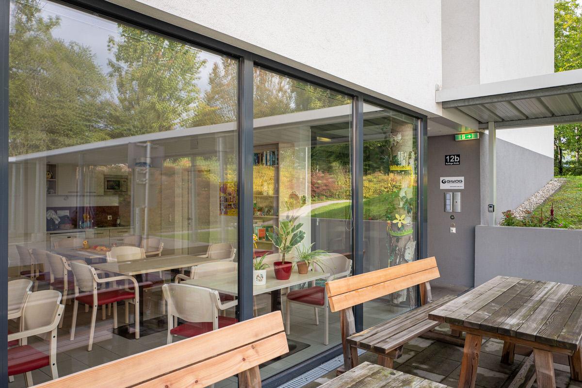 Fensterfront des Betreubaren Wohnen mit Bänken