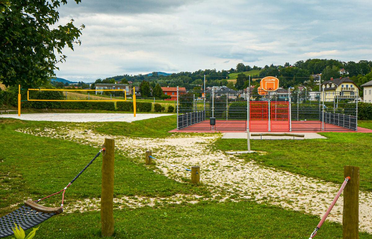 Jugendfreifläche mit Hängematten, Basketballplatz und Volleyballplatz