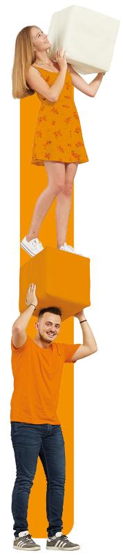 Junge hält einen orangen Würfel auf dem ein junges Mädchen steht und einen weißen Würfel hält