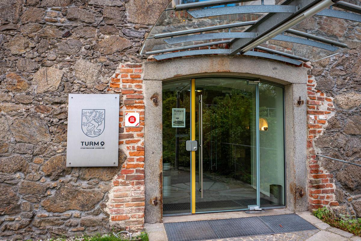 Glastüre beim Eingang des Turm 9