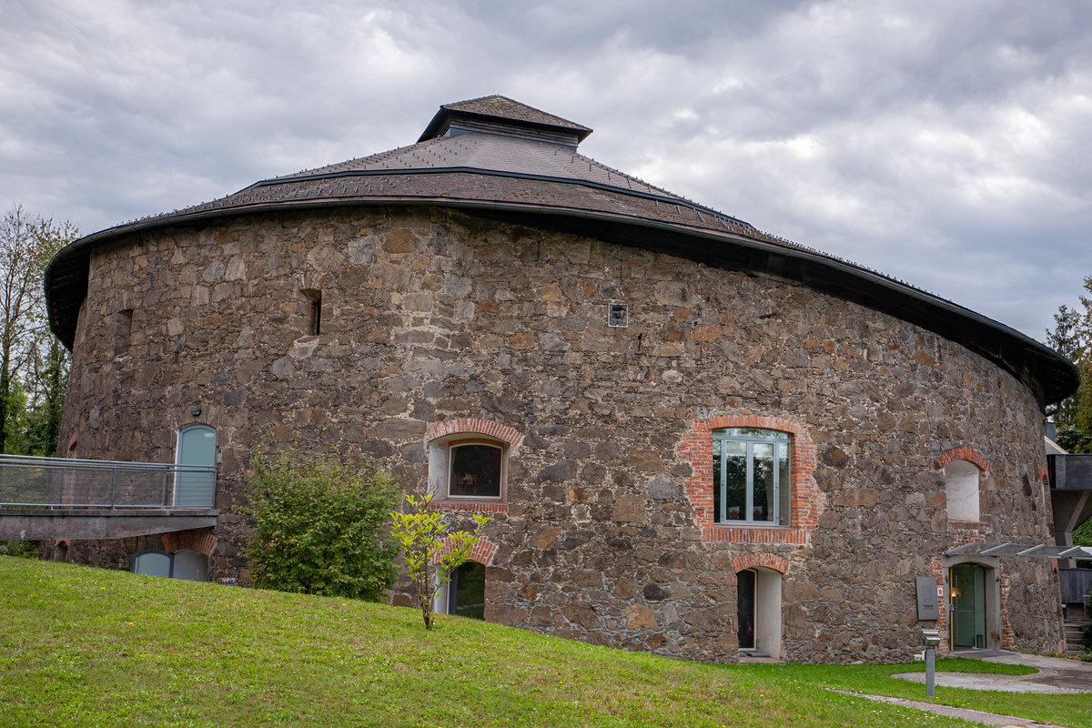 Turm 9 von außen mit grüner Wiese