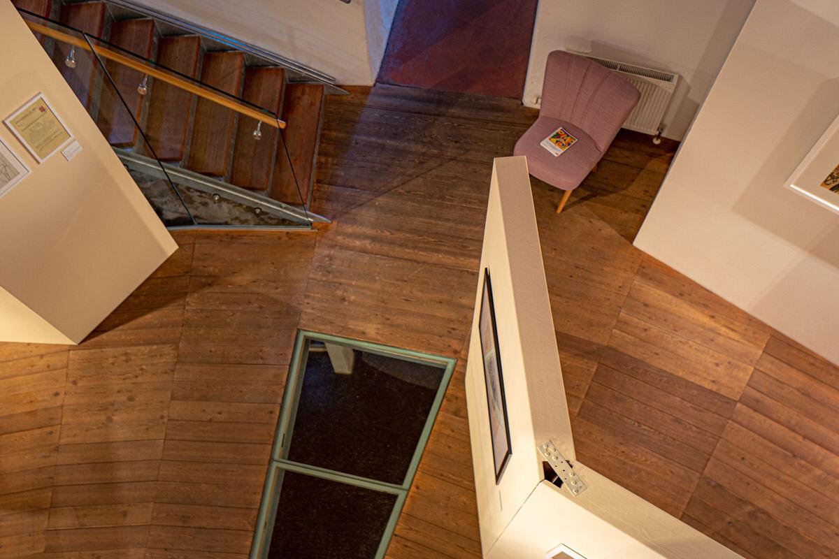 Turm 9 von innen mit Holzboden und weißen Wänden