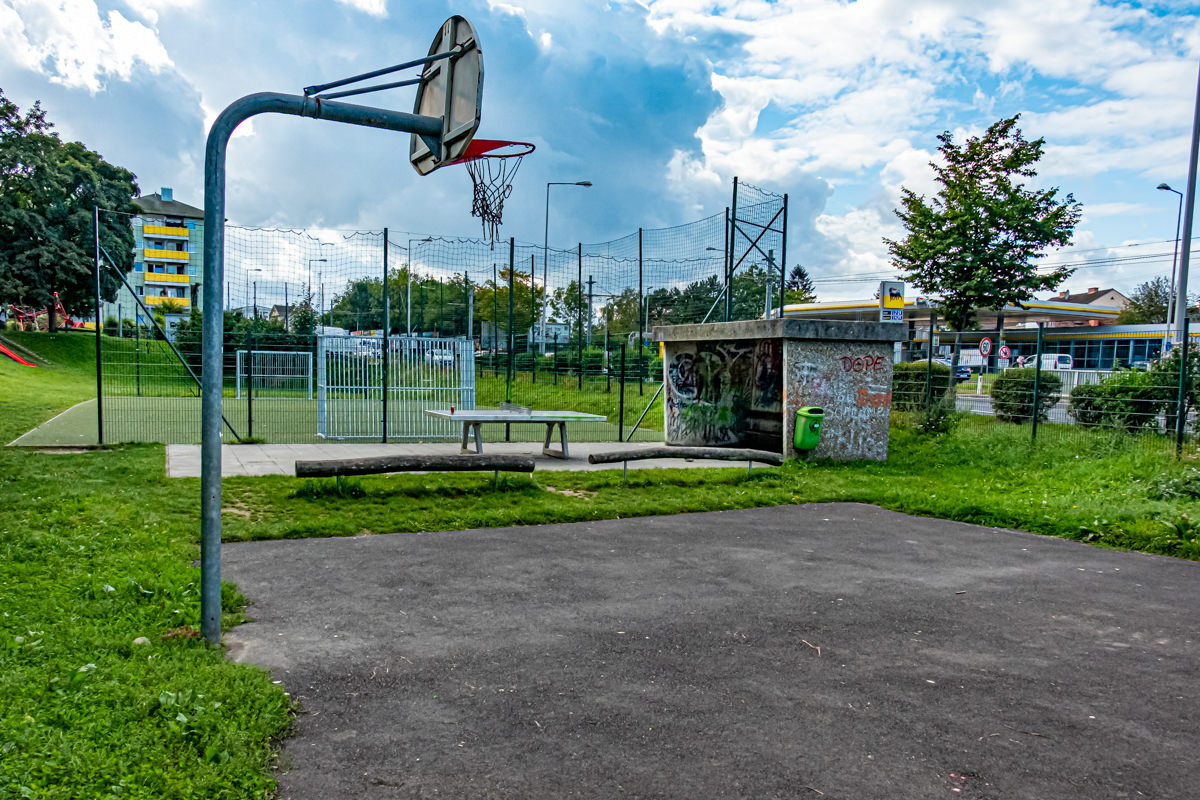 Basketballkorb und Bank