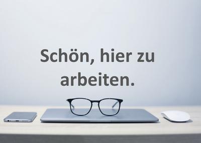 Zugeklappter Laptop mit Brille, links Smartphone, rechts Maus
