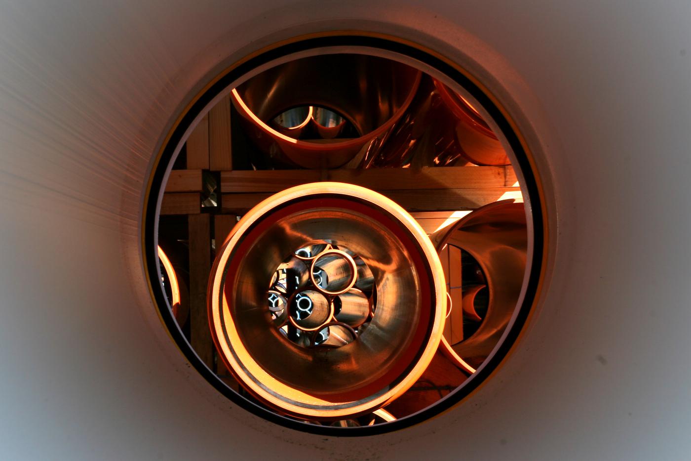 Durch ein Rohr durchfotografiert mit Blick auf weitere Rohre