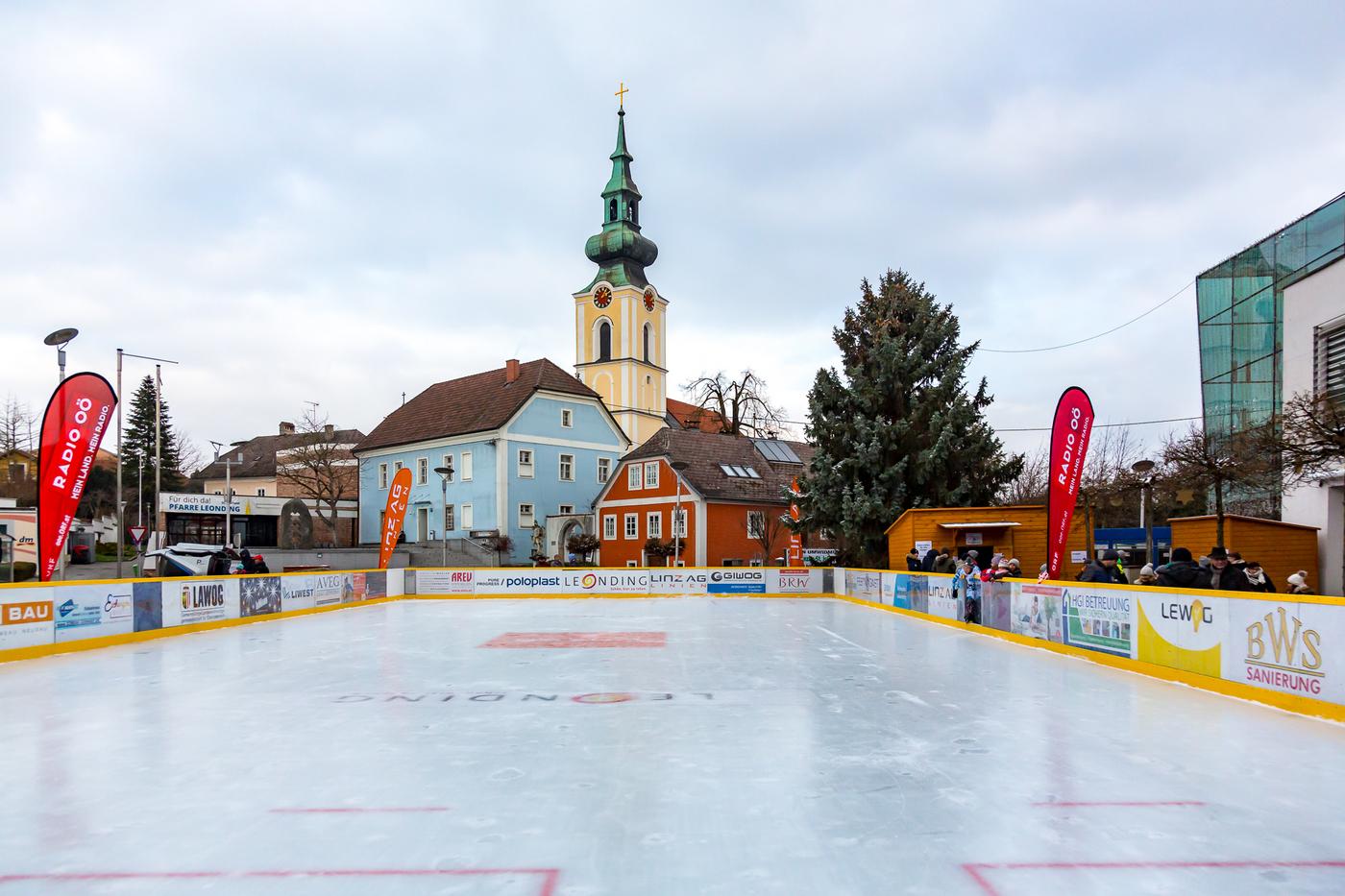Eislaufplatz Leonding, Im Hintergrund die Kirche und das 44er Haus