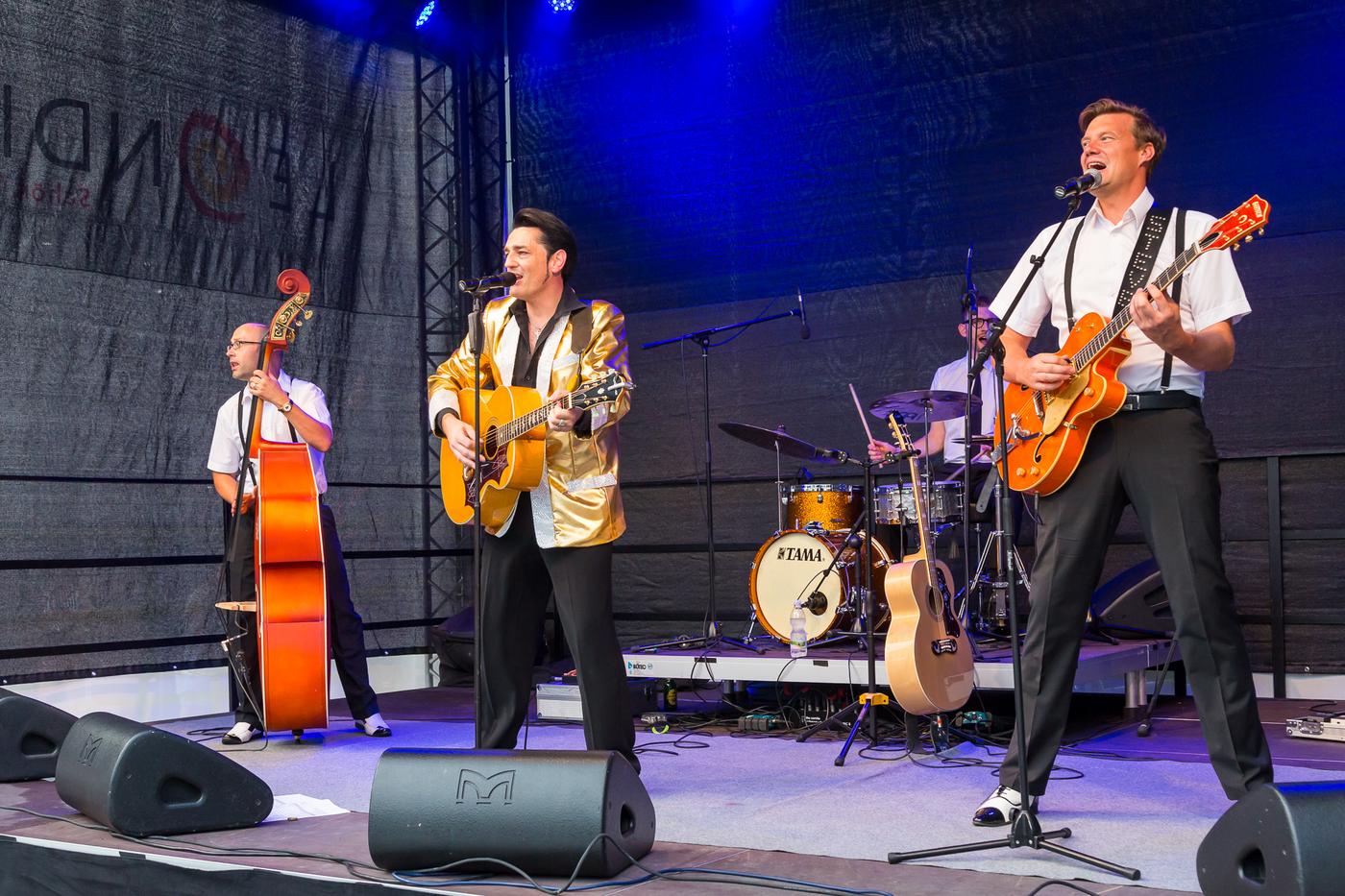 3 Künstler, einer mit E-Gitarre, einer mit Konzertgitarre und einer mit Chello
