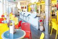 Bistro mit gelben und roten Plastikstühlen