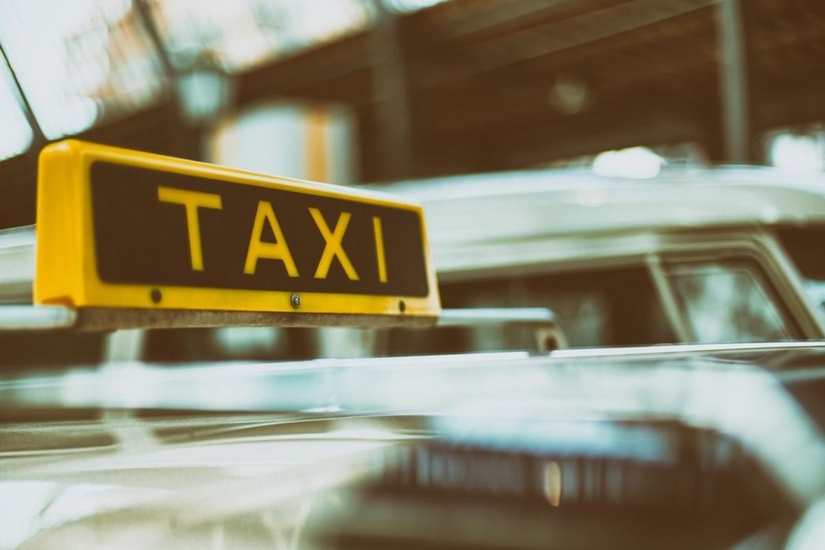 Taxischild auf einem Auto