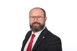 Vizebürgermeister Karl Rainer mit weißem Hemd, roter Krawatte und schwarzen Sakko