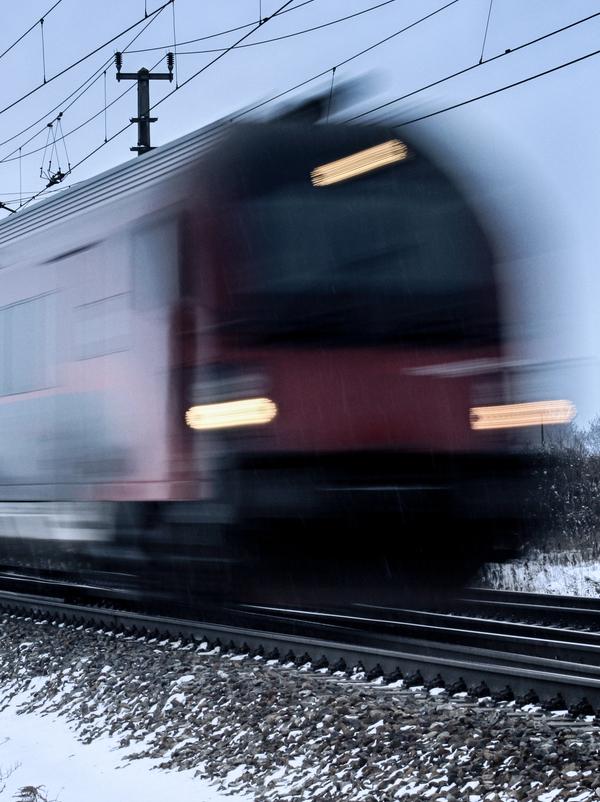 schnellfahrender Zug im Winter