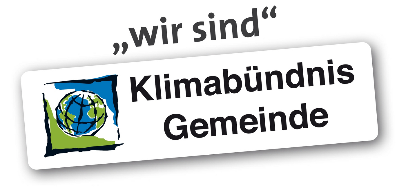 """Logo mit gezeichneter Weltkugel und dem Slogan: """"wir sind Klimabündnis Gemeinde"""""""