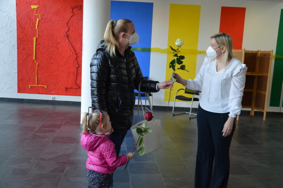 Bürgermeisterin übergibt Rosen