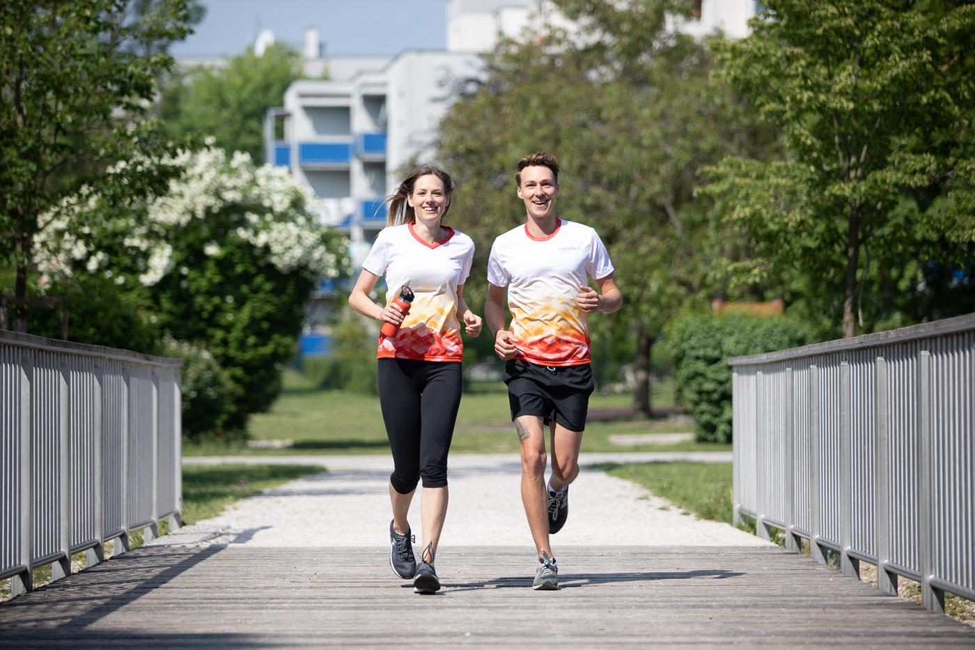 ein junges Paar beim Laufen