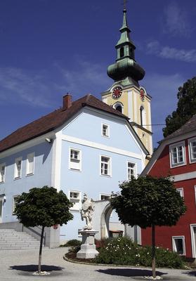 Blaues Haus im vor der Kirche