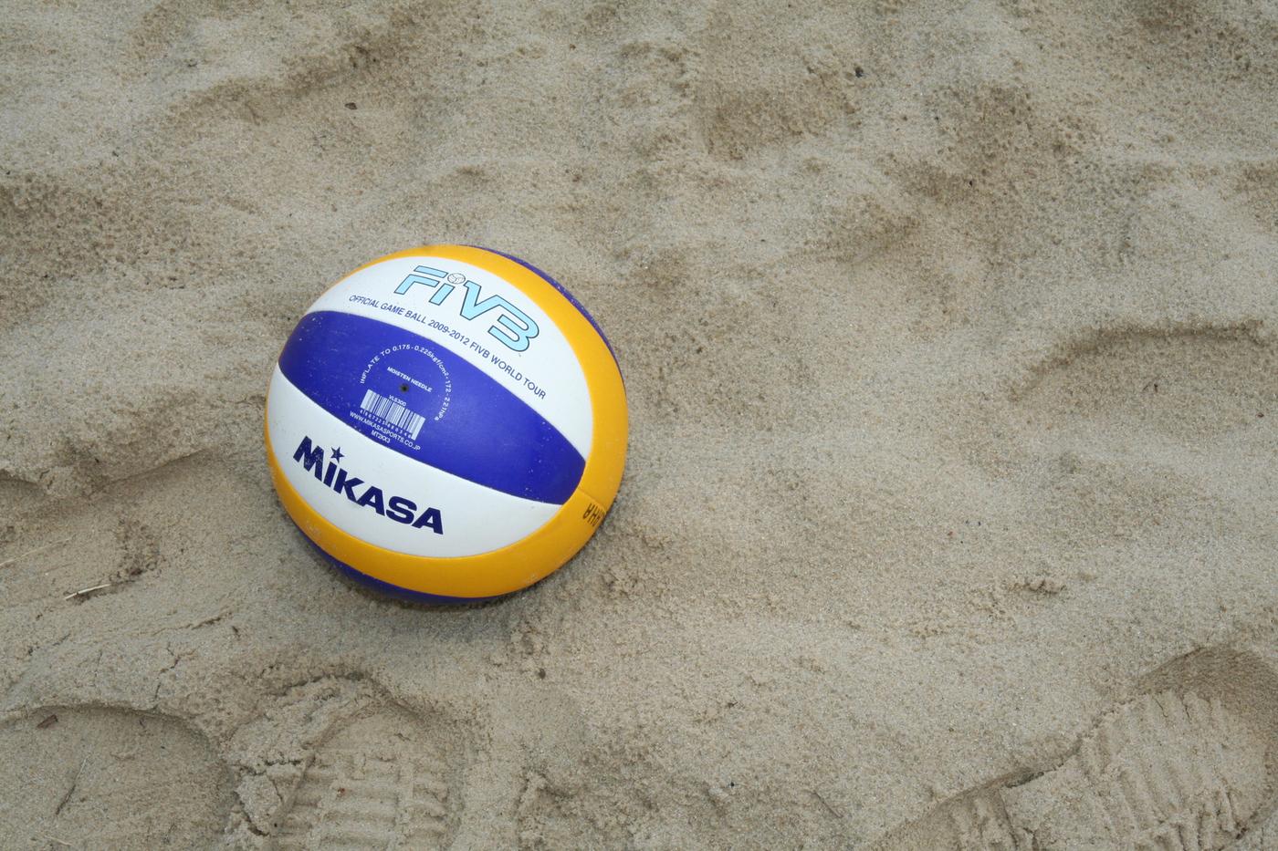 Volleyball liegt im Sand