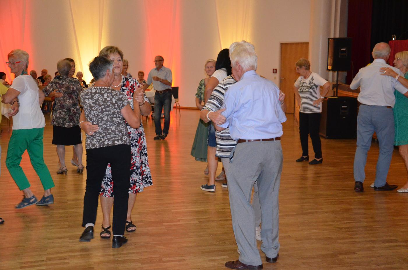 mehrere Tanzpaare auf der Tanzfläche