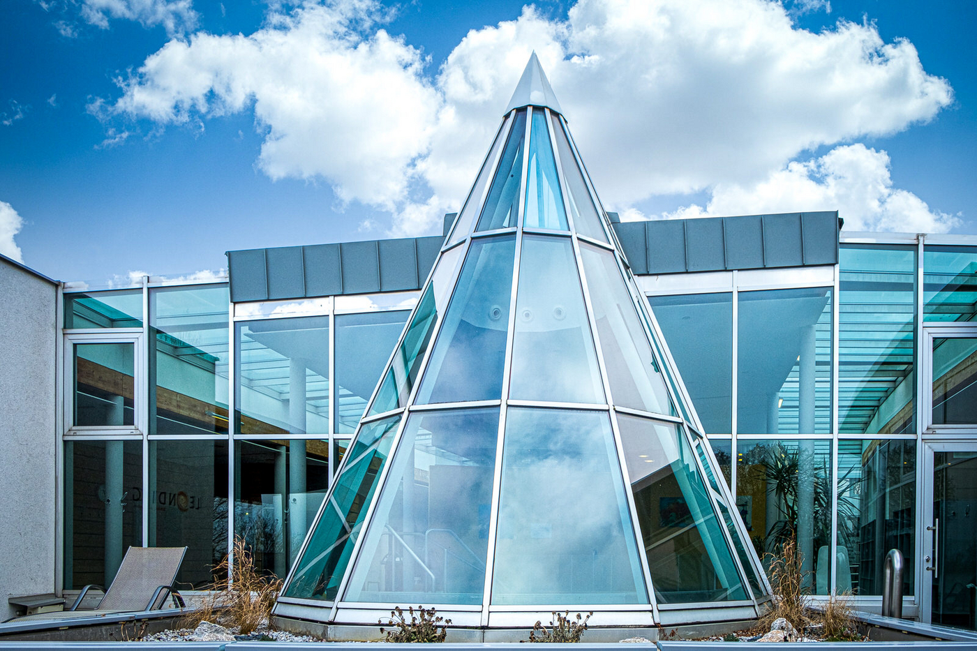 Pyramiden-Glaskuppel und Glasfront