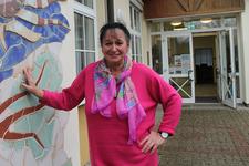 Monika Fischer lehnt sich mit einer Hand an die Wand