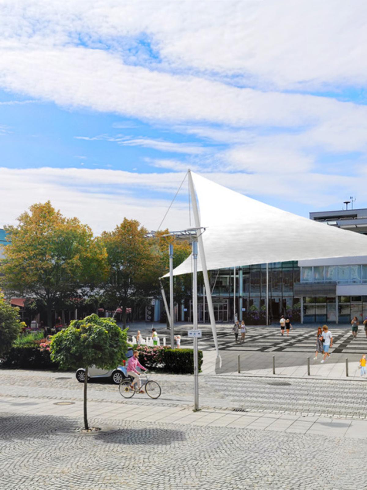 Neuer Stadtplatz mit Sonnensegel