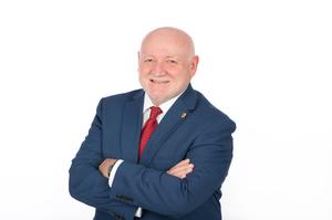 Stadtrat Klaus Gschwendtner mit blauen Sakko, weißen Hemd und roter Krawatte