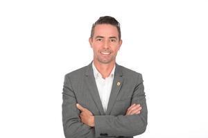 Stadtrat Sven Schwerer mit grauem Sakko und weißem Hemd