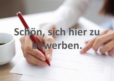 Frau in Bluse schreibt mit rotem Kugelschreiber auf weißen Papier