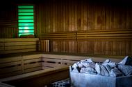 Sauna von innen mit Saunaofen
