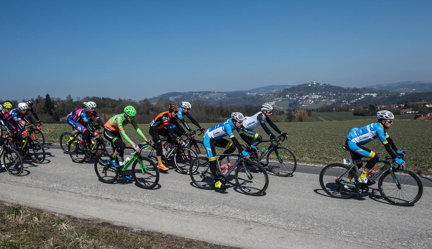 Gruppe von Radfahrern auf Straße, Hintergrund Berge