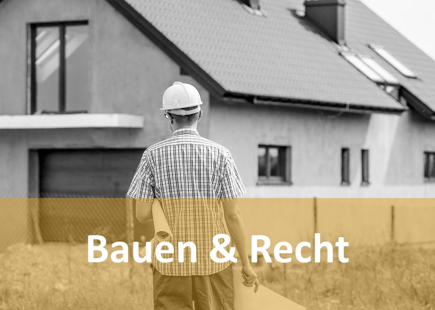 Mann mit Baustellenhut und Plan vor einem Haus