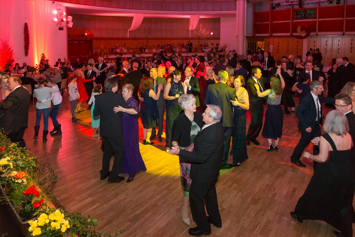 Tanzfläche der Kürnberghalle mit einigen tanzenden Paaren