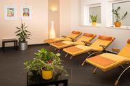 Raum mit gelben Liegen mit orangen Auflagen