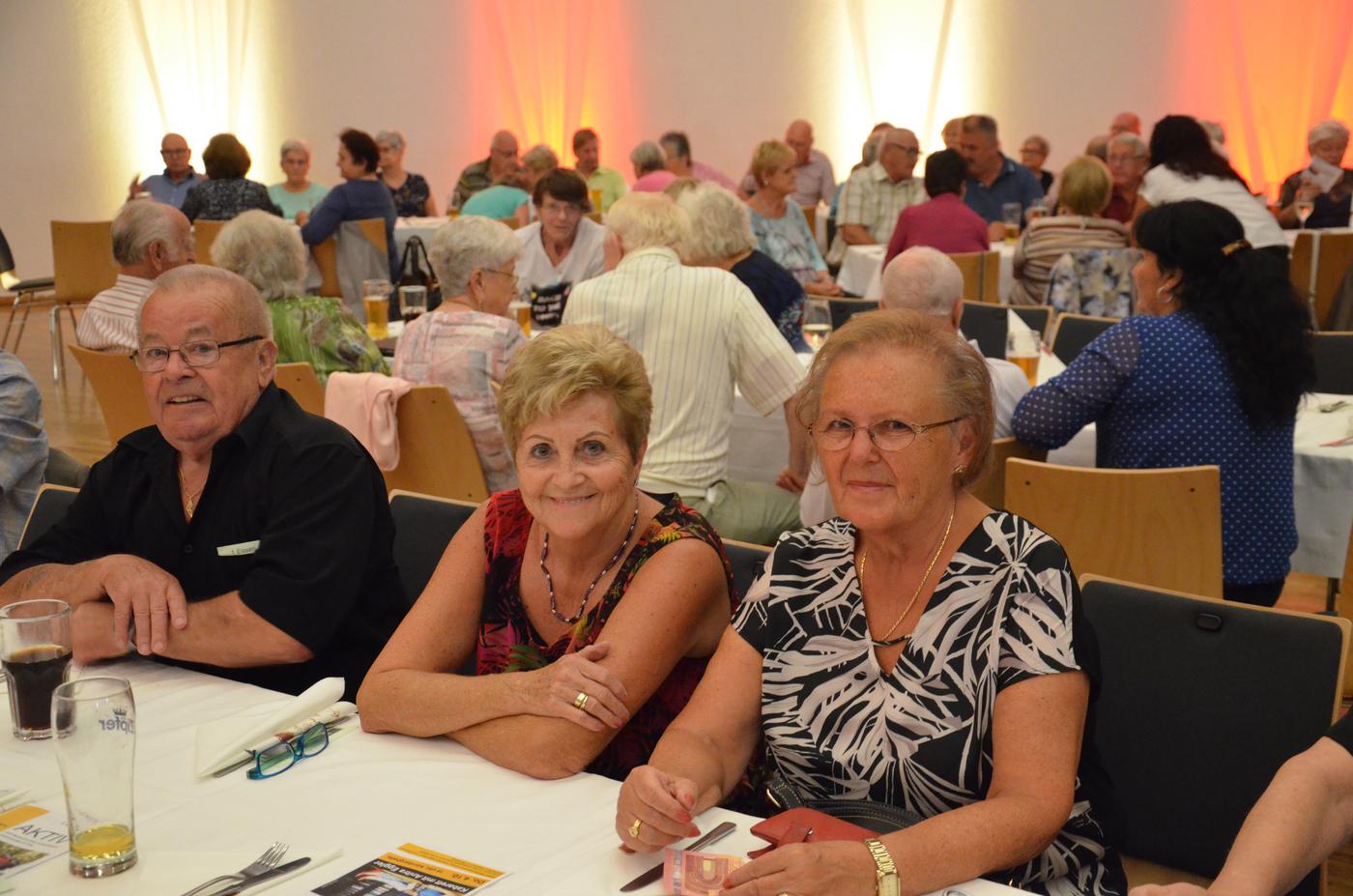 Zwei Damen und ein Herr bei Tisch