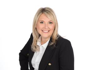 Bürgermeisterin Sabine Naderer-Jelinek mit schwarzem Blazer und weißer Bluse