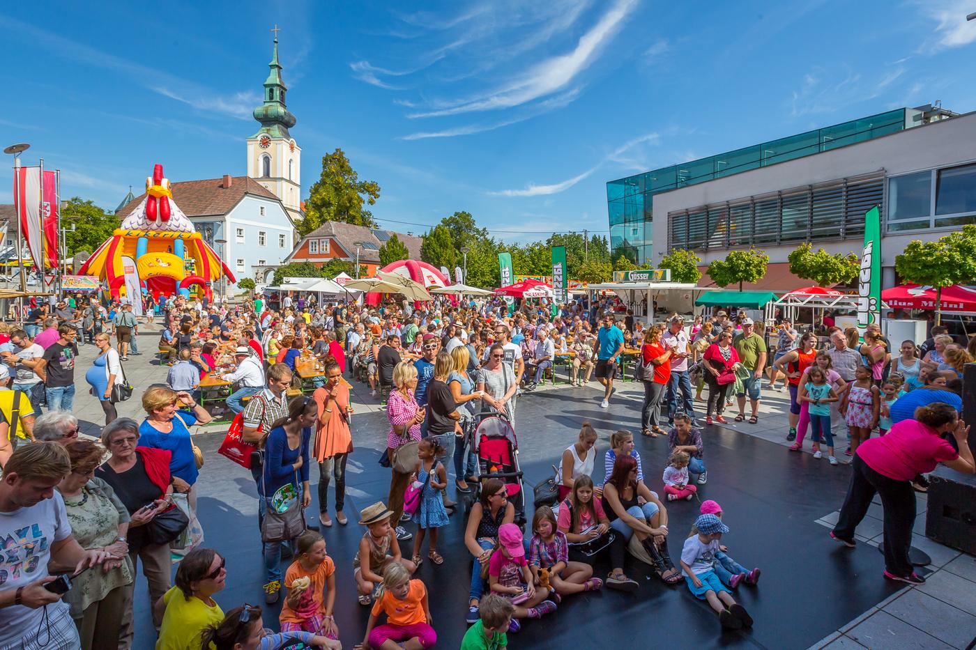 Menschmenge am Stadtplatz Leonding beim Stadtfest